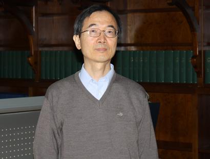 El profesor Hiroto Ueda en la Biblioteca del Monasterio de San Agustín