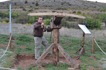 Rubén Saez, el creador de Trebuchet Park, manejando una de sus máquinas