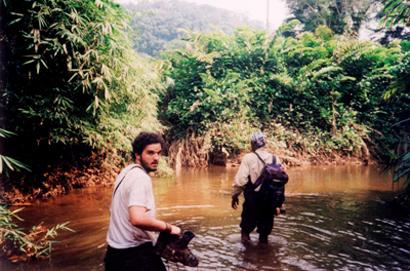 El autor junto a su guía Baltasar atravesando el río Laña
