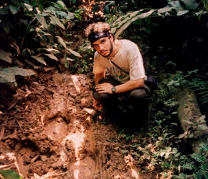 El escritor Miguel Gutiérrez Garitano sobre el terreno