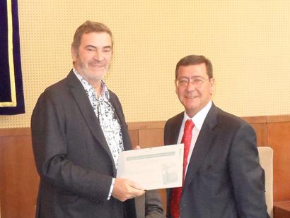 El Presidente de Burgos César Rico (dcha. de la imagen) entrega el premio al escritor Jordi Esteva
