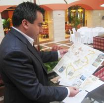 El diputado de Turismo de Interior de la Diputación de Castellón José Pons observa atentamente el recorrido del Camino del Cid a su paso por esta provincia