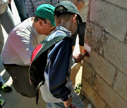 Los vecinos de Tórtola de Henares, en Guadalajara, han repintado las señales del Camino del Cid a su paso por el municipio