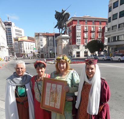 Miembros de la Asociación Vivar Cuna del Cid con el diploma Álvar Fáñez y ante un testigo de excepción