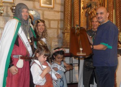El periodista e investigador Miguel Ángel Almodóvar recogiendo la Tizona durante las jornadas cidianas de Vivar del Cid (Burgos)