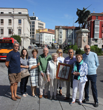 Miembros de la Asociación Cidiana Tierra de Pinares tras recoger el Premio Álvar Fáñez