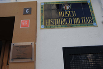 Detalle de la entrada al Museo Histórico Militar de Valencia donde se puede apreciar el azulejo identificativo del Camino del Cid